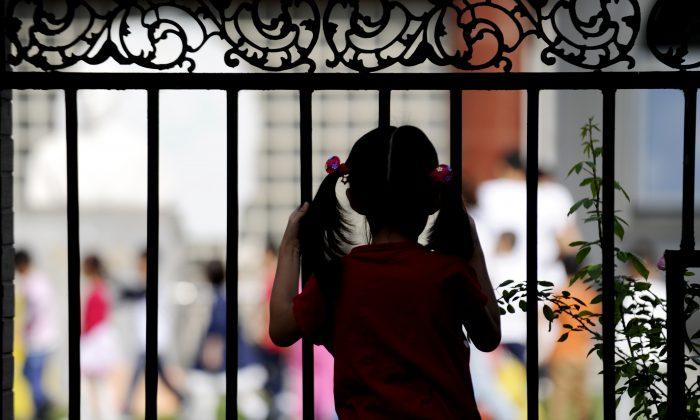 Una niña en Beijing el 19 de septiembre de 2012. Los ancianos de China se enfrentan a una creciente incertidumbre tres décadas después de que se implantara la política del hijo único, sin una verdadera red de seguridad social, la ley ha dejado a cuatro abuelos y dos padres con un solo cuidador en la vejez, y a las familias afligidas sin ninguno. (Wang Zhao/AFP/GettyImages)