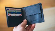 """Recupera su billetera robada hace 20 años y experimenta un chistoso """"viaje al pasado"""""""