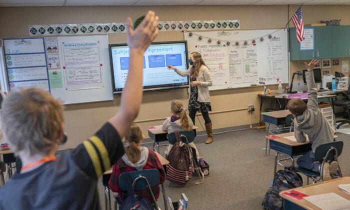 Estudiantes de tercer grado practican la gramática en una escuela primaria en Woodland, Washington. (Nathan Howard/Getty Images)
