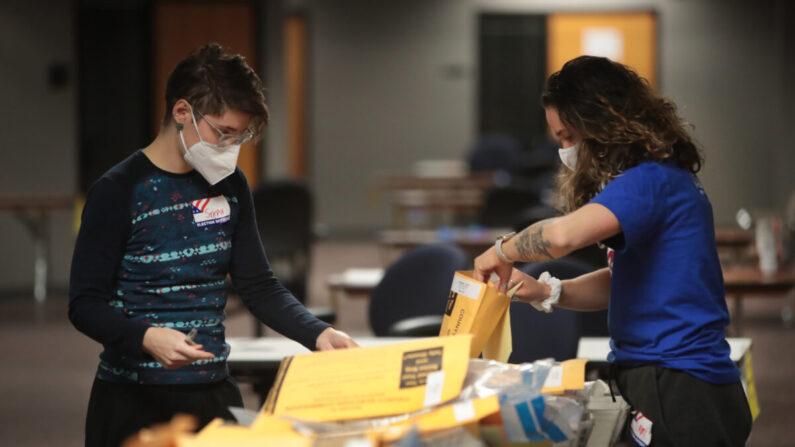 Funcionarios electorales cuentan los votos en ausencia en Milwaukee, Wisconsin, el 4 de noviembre de 2020. (Scott Olson/Getty Images)