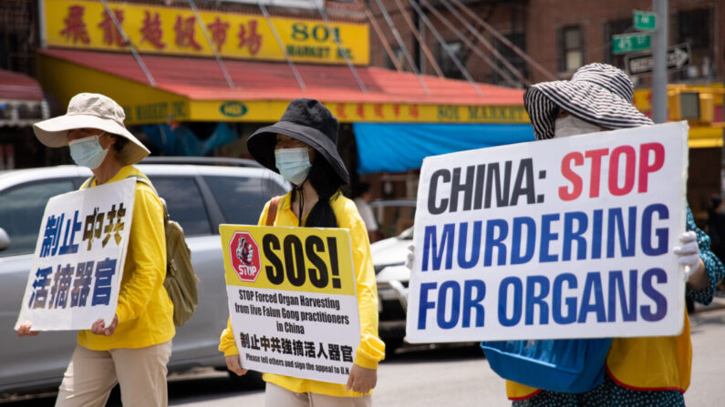 Varios practicantes de Falun Gong participan en un desfile en Brooklyn (Nueva York) el 18 de julio de 2021 coincidiendo con el 22° aniversario del inicio de la persecución a Falun Gong en China. (Chung I Ho/The Epoch Times)