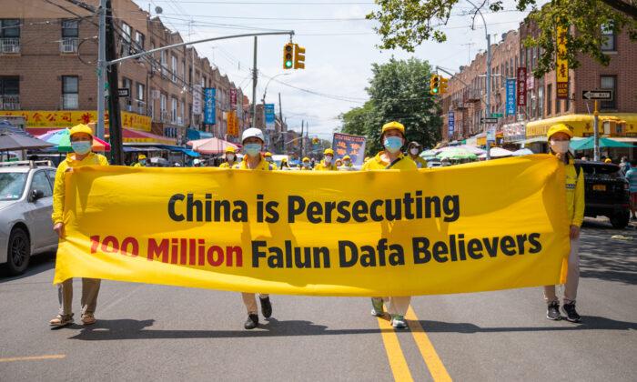 Los practicantes de Falun Gong participan en un desfile que marca el vigésimo segundo año de persecución en China contra Falun Gong, en Brooklyn, Nueva York, el 18 de julio de 2021. (Chung I Ho/The Epoch Times)