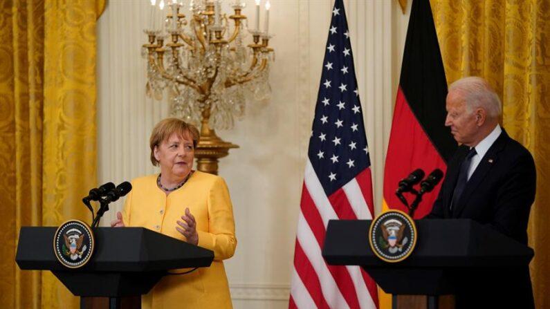 El presidente estadounidense, Joe Biden, y la canciller alemana, Angela Merkel, participan en una conferencia de prensa conjunta el 15 de julio de 2021 en Washington, DC, Estados Unidos. EFE/EPA/Alex Edelman / POOL
