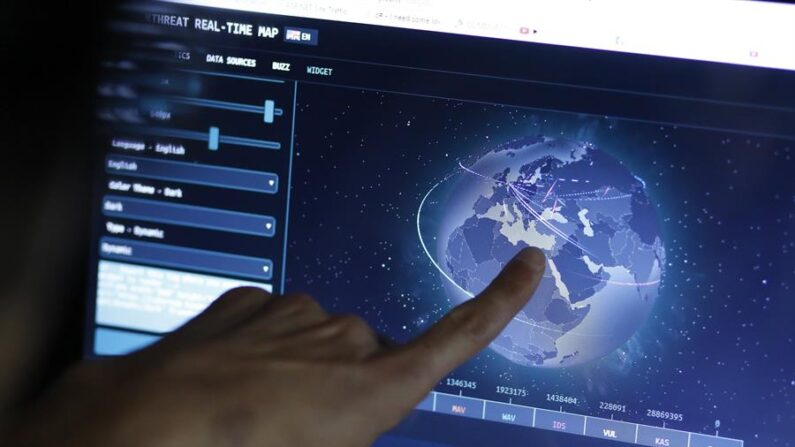 Un ingeniero revisa un mapa en directo con las posibles amenazas de ciberataque. (EFE/Erdem Sahin/Archivo)