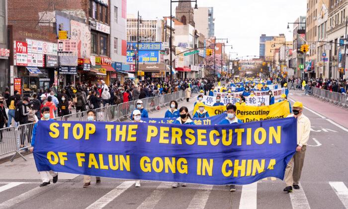 Practicantes de Falun Gong participan en un desfile en Flushing, Nueva York, el 18 de abril de 2021, para conmemorar el 22º aniversario del llamado pacífico del 25 de abril de 10,000 practicantes de Falun Gong a Beijing. (Larry Dye/The Epoch Times)