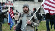 """No cometió """"ningún delito"""", insiste abogado de agente de DEA arrestado por irrupción en el Capitolio"""