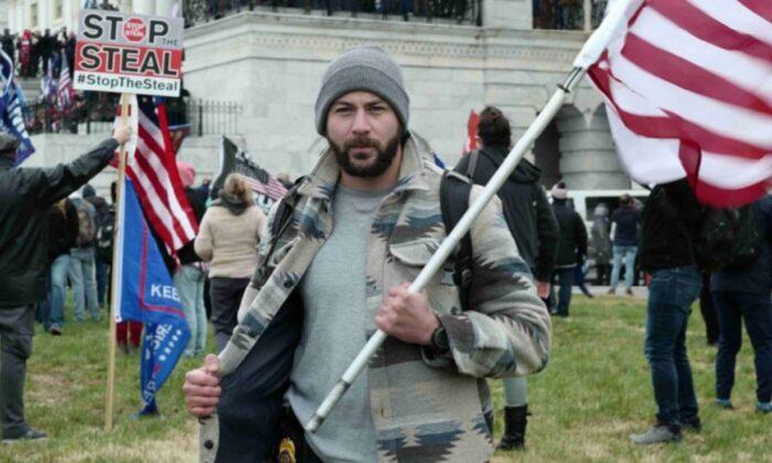 Una foto que supuestamente muestra a Mark Ibrahim, exagente de la DEA, durante el incidente del 6 de enero en el Capitolio. (Departamento de Justicia)