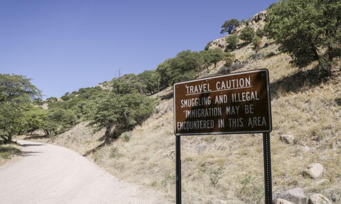 Un letrero en Carr Canyon advierte sobre posibles actividades de contrabando de inmigrantes ilegales en el área, cerca de la frontera entre Estados Unidos y México, en Sierra Vista, Arizona, el 5 de mayo de 2019. (Charlotte Cuthbertson/The Epoch Times)