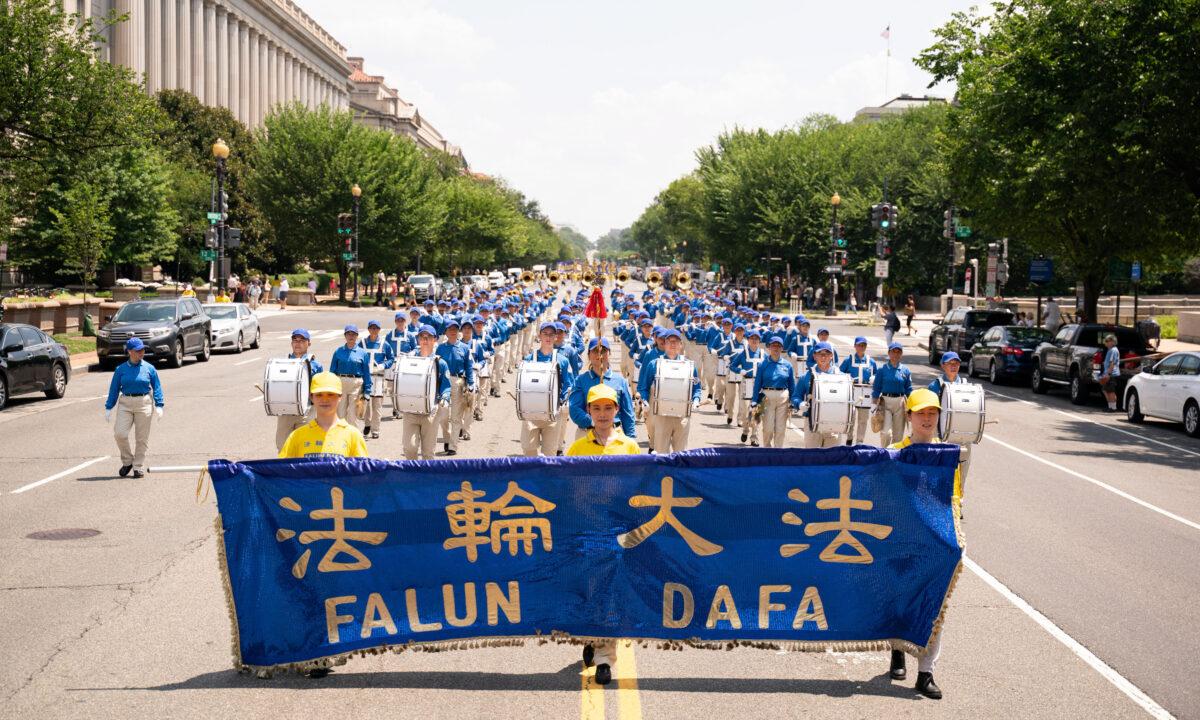 Fotos: Practicantes de Falun Gong marchan en DC pidiendo fin a 22 años de persecución en China