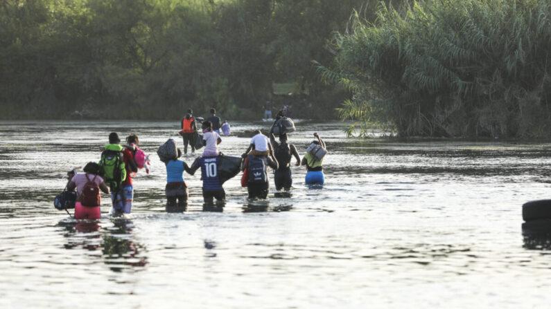 Un grupo de inmigrantes ilegales cruza el río Grande desde Acuña (México) hasta Del Río (Texas) el 25 de julio de 2021. (Charlotte Cuthbertson/The Epoch Times)