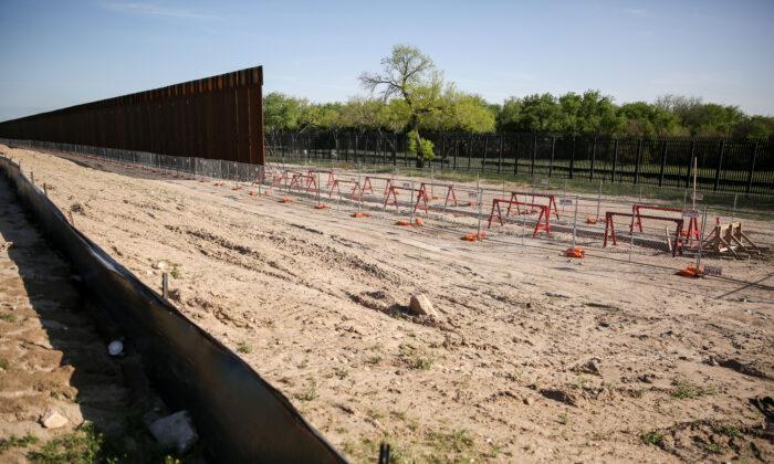 Valla fronteriza inacabada en Del Rio, Texas, el 31 de marzo de 2021. (Charlotte Cuthbertson/The Epoch Times)