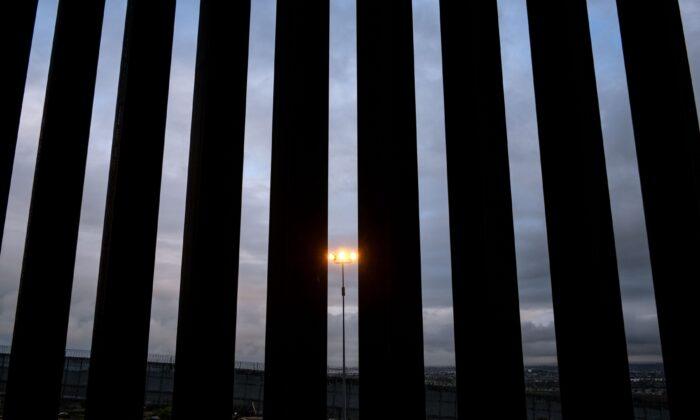 Imagen de una sección de la valla fronteriza entre Estados Unidos y México vista desde Tijuana, estado de Baja California, México, el 5 de febrero de 2019. (Guillermo Arias/AFP a través de Getty Images)
