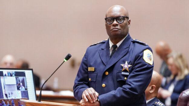 Suspenden sin sueldo a 21 policías de Chicago por no informar sobre su estado de vacunación
