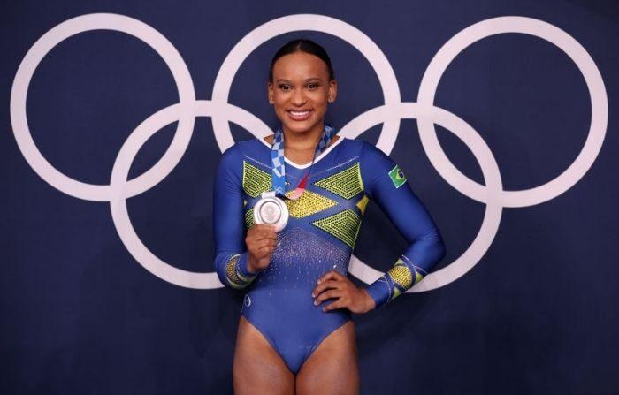Rebeca Andrade, del equipo de Brasil, posa con su medalla de plata tras la final del All-Around femenino en el sexto día de los Juegos Olímpicos de Tokio 2020 en el Centro de Gimnasia Ariake el 29 de julio de 2021 en Tokio, Japón. (Jamie Squire/Getty Images)