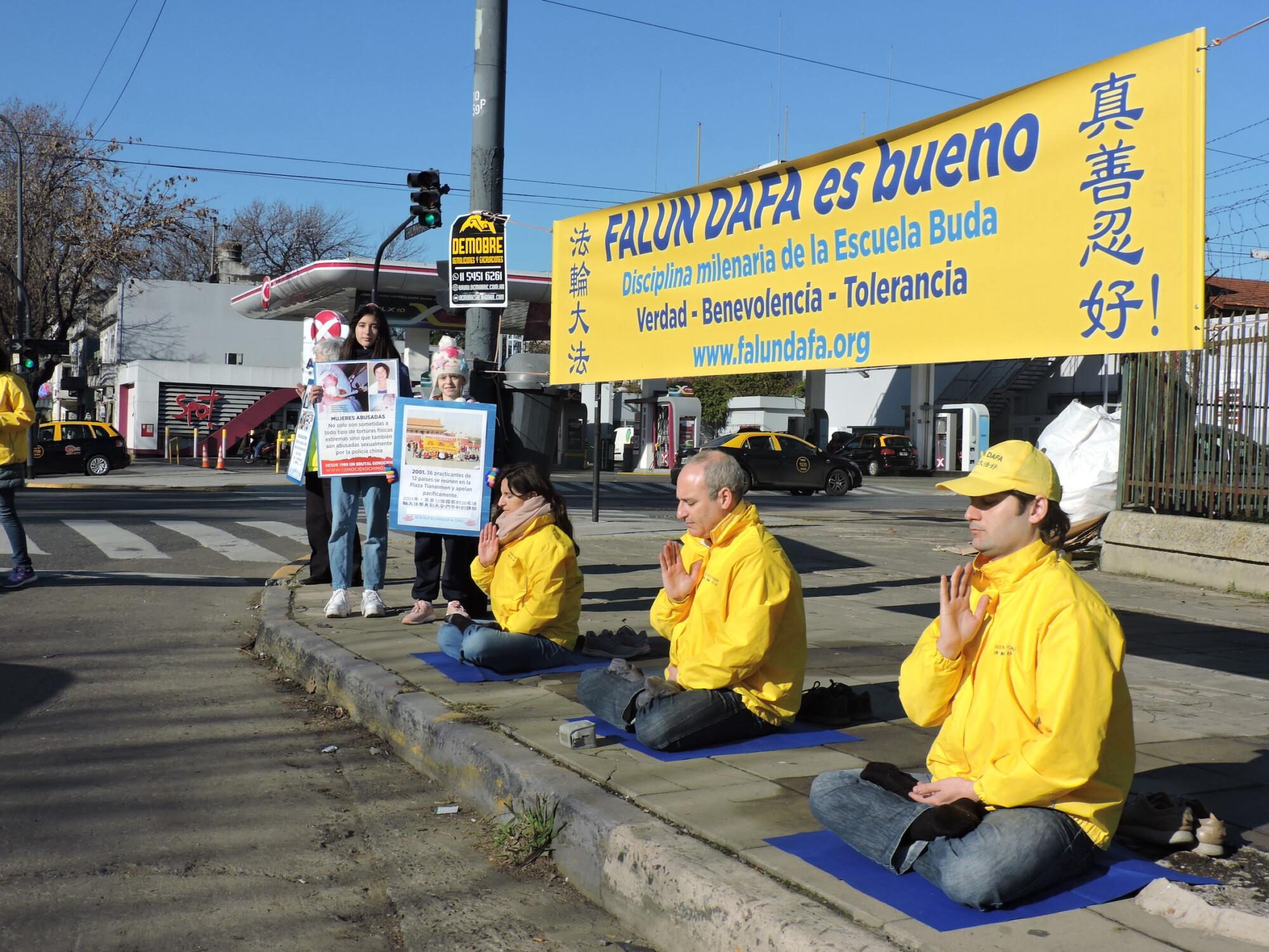 Practicantes hispanos de Falun Dafa exigen fin a 22 años de persecución contra meditación en China