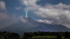 Fotógrafo captura el momento en que un meteoro parece caer en la boca de un volcán en Indonesia