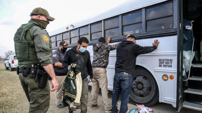 Agentes de la Patrulla Fronteriza detienen a unas dos docenas de inmigrantes ilegales en Peñitas, Texas, el 11 de marzo. 2021. (Charlotte Cuthbertson/The Epoch Times)