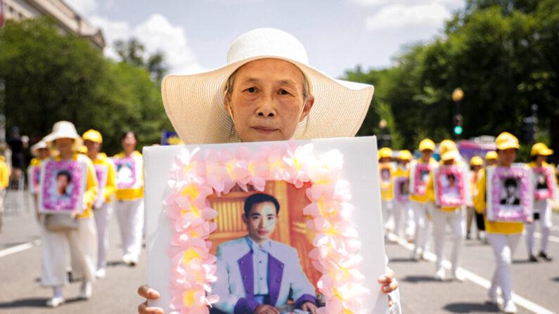 Los practicantes de Falun Gong participan en un desfile que marca el 22º aniversario del inicio de la persecución del régimen chino contra Falun Gong, en Washington el 16 de julio de 2021. (Samira Bouaou/The Epoch Times)