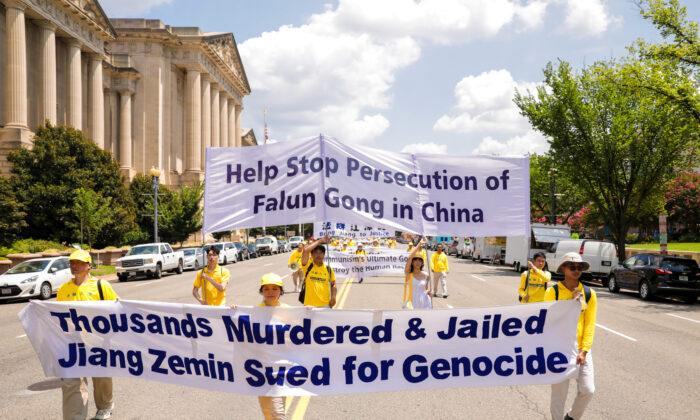 Practicantes de Falun Gong participan en un desfile que marca el 22º aniversario del inicio de la persecución del régimen chino contra Falun Gong, en Washington el 16 de julio de 2021. (Samira Bouaou/The Epoch Times)