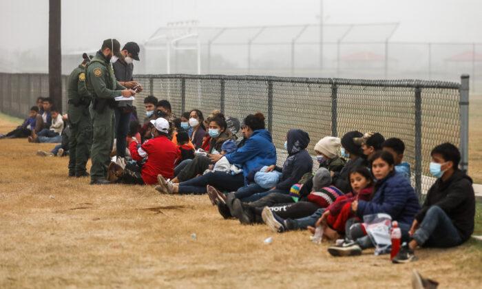 La Patrulla Fronteriza procesa a un grupo de inmigrantes ilegales que cruzaron la frontera entre EE. UU. y México en La Joya (Texas) el 10 de abril de 2021. (Charlotte Cuthbertson/The Epoch Times)