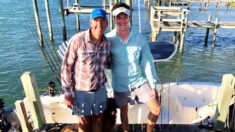 Padre e hijo rescatan al capitán de un bote que estuvo a punto de chocarlos en el océano