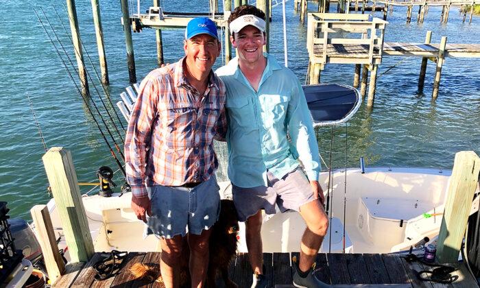 Andrew Sherman, de 50 años, con su hijo Jack, de 21. Andrew Sherman y su hijo, Jack, salvaron a un capitán que desapareció de una embarcación a 40 millas de la costa de Carolina del Norte. (Cortesía de Jack Sherman)