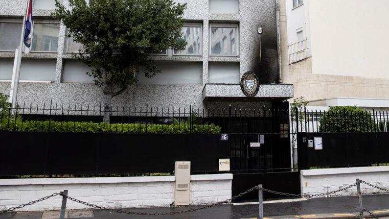 La Embajada de Cuba en París fue víctima la noche del 26 al 27 de julio de un ataque con tres cócteles molotov, que provocaron un incendio en la fachada. EFE/EPA/IAN LANGSDON
