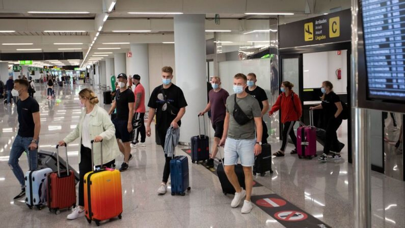 Turistas llegan al aeropuerto de Son Sant Joan en Palma de Mallorca (España) el 28 de junio de 2021. (Jaime Reina/AFP vía Getty Images)