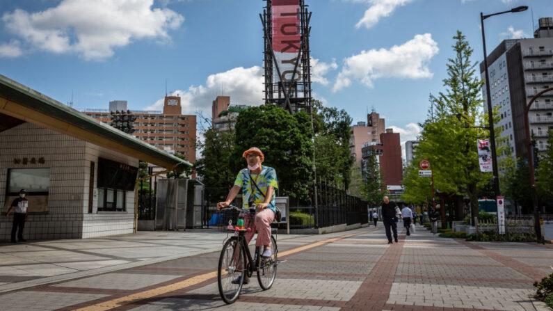 Un hombre monta en bicicleta frente al Kokugikan Arena el 27 de julio de 2021 en Tokio, Japón. (Yuichi Yamazaki/Getty Images)
