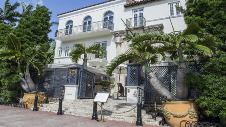 Identifican cadáveres de 2 hombres en antigua mansión Versace de Miami Beach