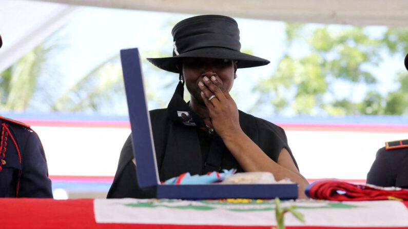 Martine Moise llora durante el funeral de su marido, el asesinado presidente haitiano Jovenel Moise, el 23 de julio de 2021, en Cap-Haitien, Haití, la principal ciudad de su región norteña natal. (Valerie Baeriswyl/AFP vía Getty Images)