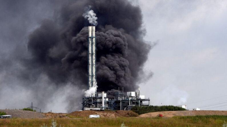 El humo se eleva desde un vertedero y un área de incineración de residuos en el parque industrial Chempark dirigido por el operador Currenta tras una explosión en el distrito de Buerrig de Leverkusen, al oeste de Alemania, el 27 de julio de 2021. (Roberto Pfeil/AFP vía Getty Images)