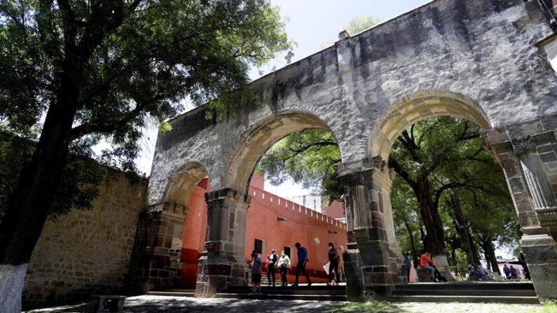 Personas visitan el Conjunto Conventual Franciscano el Monasterio y Catedral Nuestra Señora de la Asunción, el 25 de julio de 2021, en el estado de Tlaxcala (México). EFE/Hilda Ríos