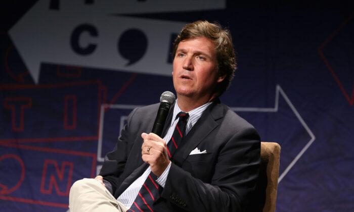 El presentador de Fox News Tucker Carlson habla en el escenario durante el Politicon 2018 en el Centro de Convenciones de Los Ángeles el 21 de octubre de 2018. (Rich Polk/Getty Images for Politicon)