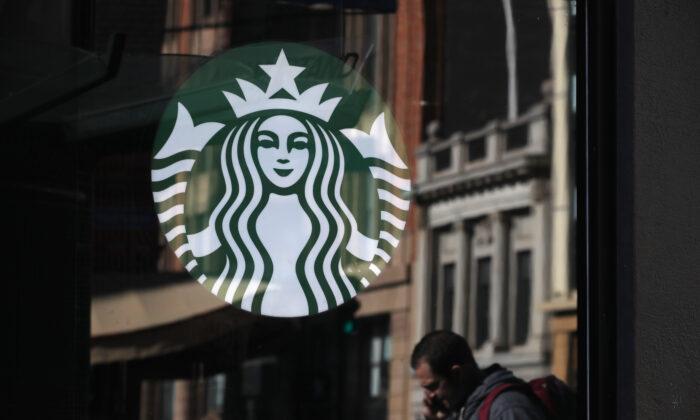 El logotipo de Starbucks en una vitrina de una tienda de Starbucks Coffee en San Francisco el 24 de enero de 2019. (Justin Sullivan/Getty Images)
