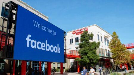 """Facebook envía mensajes a algunos usuarios preguntando por amigos potencialmente """"extremistas"""""""