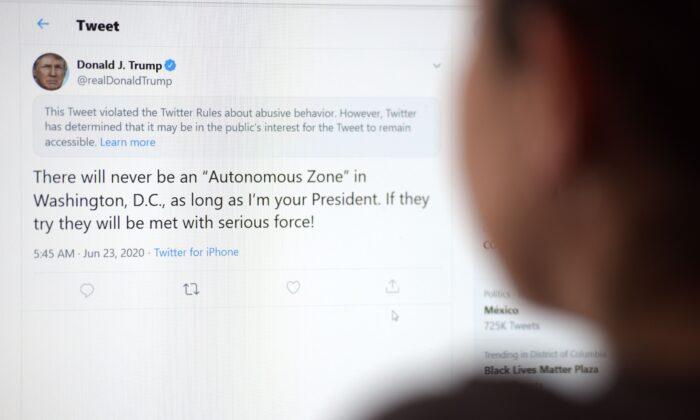 Esta foto ilustrativa muestra a una mujer en Los Ángeles mirando la cuenta oficial de Twitter del entonces presidente Donald Trump, el 23 de junio de 2020. (AFP a través de Getty Images)