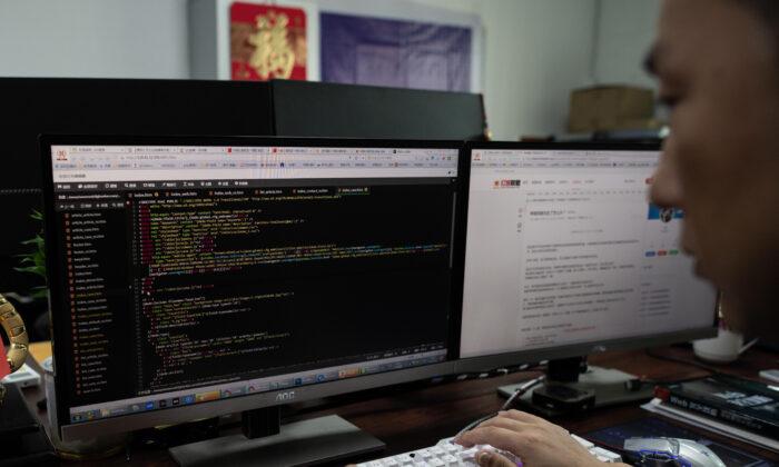 Prince, un miembro del grupo de piratas informáticos Red Hacker Alliance que se negó a dar su nombre real, utiliza su computadora en su oficina en Dongguan, provincia de Guangdong, al sur de China, el 4 de agosto de 2020. (Nicolas Asfouri/AFP vía Getty Images)