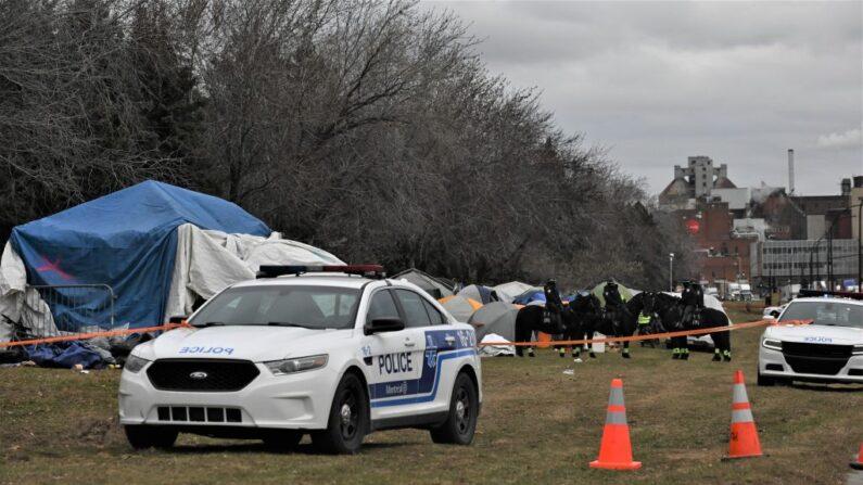 Decenas de policías comenzaron el 7 de diciembre de 2020 a desmantelar un campamento improvisado en Montreal, Quebec, ocupado durante meses por un centenar de personas sin hogar, argumentando la preocupación por la seguridad de sus ocupantes ante el frío invierno que se avecinaba. (Foto de ERIC THOMAS/AFP a través de Getty Images)