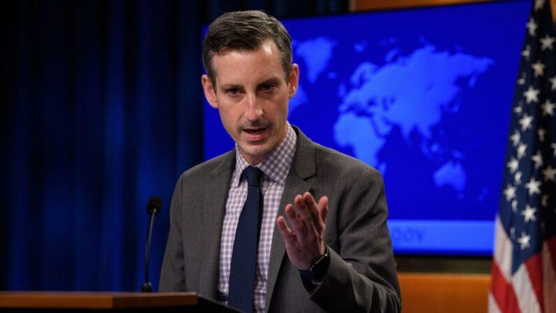 El portavoz del Departamento de Estado de EE. UU., Ned Price, durante la conferencia de prensa diaria en el Departamento de Estado en Washington, DC, el 25 de febrero de 2021. (Foto de NICHOLAS KAMM/POOL/AFP a través de Getty Images)