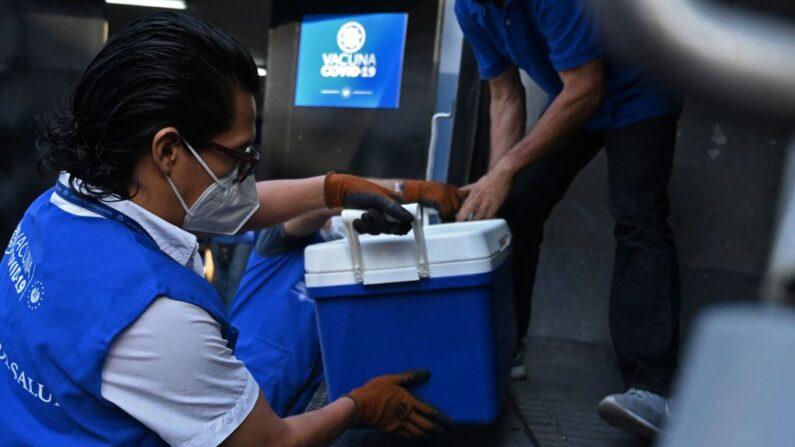 Trabajadores cargan vacunas contra el COVID-19 en un camión frente al Centro Biológico Nacional del Ministerio de Salud, en Soyapango, El Salvador, el 13 de mayo de 2021. (Marvin Recinos/AFP vía Getty Images)