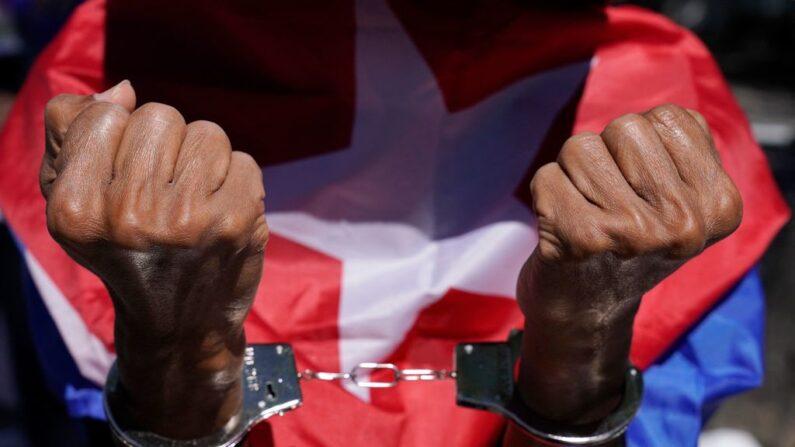 Manifestantes protestan contra el régimen cubano en la sede de la ONU, 23 de junio de 2021. (Timothy A. Clary/AFP vía Getty Images)