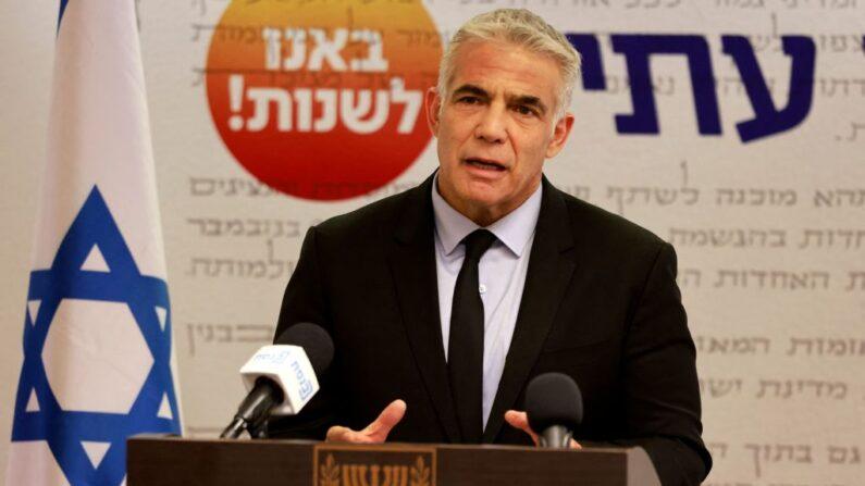 El ministro de Asuntos Exteriores israelí, Yair Lapid, jefe del partido Yesh Atid, habla durante una reunión del partido en la Knesset (Parlamento) en Jerusalén el 5 de julio de 2021. (Menahem Kahana/AFP vía Getty Images)