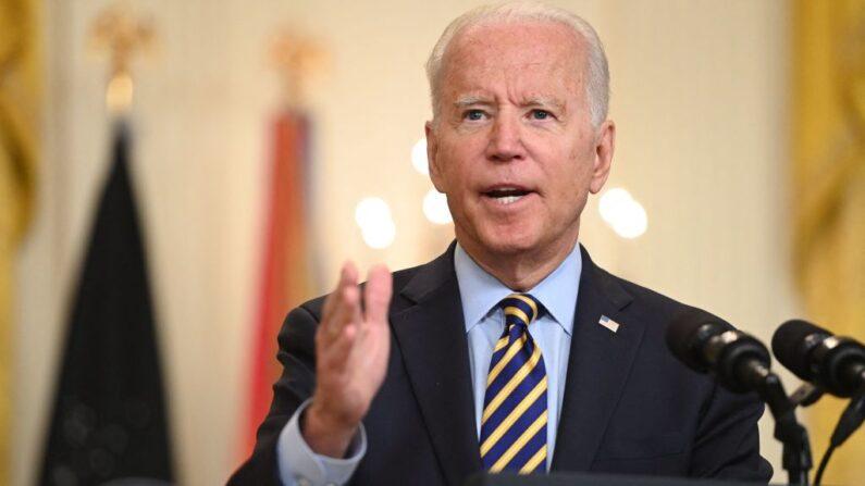 El presidente de EE.UU. Joe Biden habla desde la Sala Este de la Casa Blanca en Washington, DC, el 8 de julio de 2021. (Saul Loeb/AFP vía Getty Images)