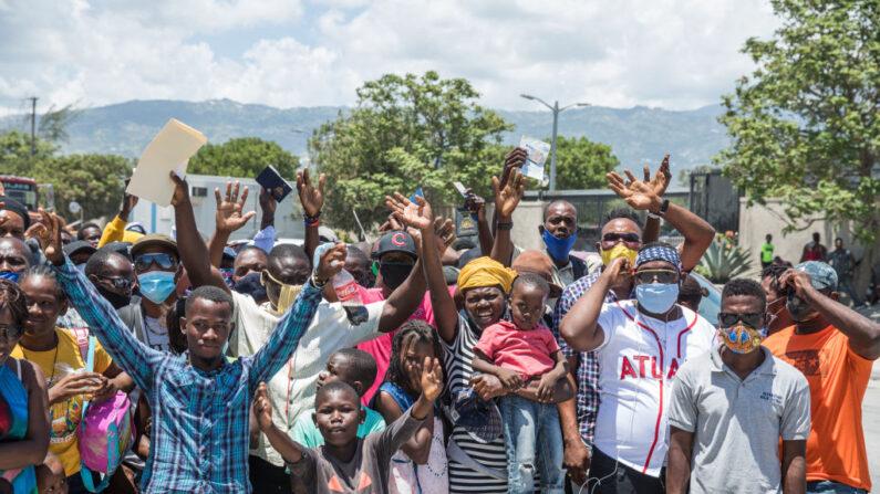 Ciudadanos haitianos se reúnen frente a la Embajada de Estados Unidos en Tabarre, Haití, el 10 de julio de 2021, pidiendo asilo tras el asesinato del presidente Jovenel Moïse, explicando que hay demasiada inseguridad en el país y que temen por sus vidas. (Valerie Baeriswyl/AFP vía Getty Images)