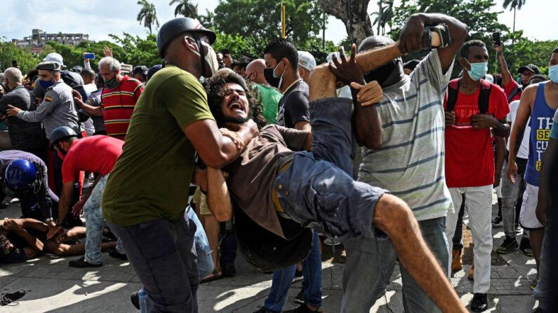 Un hombre es arrestado durante una manifestación contra el régimen del mandatario cubano Miguel Díaz-Canel en La Habana, el 11 de julio de 2021. (Yamil Lage/AFP vía Getty Images)