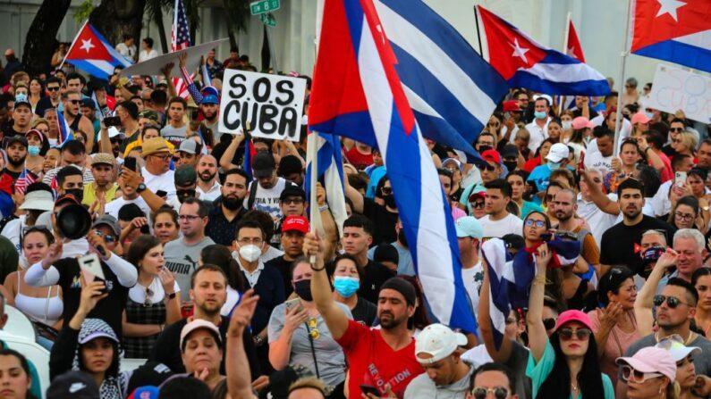 Personas se manifiestan durante una protesta contra el régimen cubano en Miami (EE.UU.) el 11 de julio de 2021. (Eva Marie Uzcategui/AFP vía Getty Images)