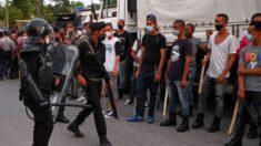 """Policía del régimen reprime protestas con consignas de """"abajo la dictadura"""" frente a una funeraria cubana"""