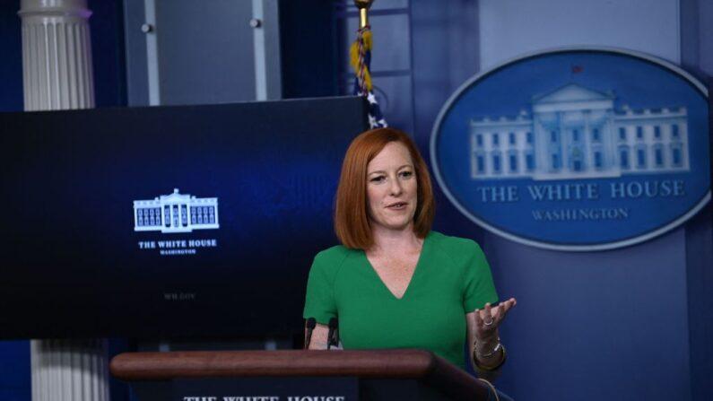 La secretaria de prensa de la Casa Blanca, Jen Psaki, habla durante la conferencia de prensa diaria el 16 de julio de 2021, en la sala de reuniones Brady de la Casa Blanca en Washington, DC. (BRENDAN SMIALOWSKI/AFP vía Getty Images)
