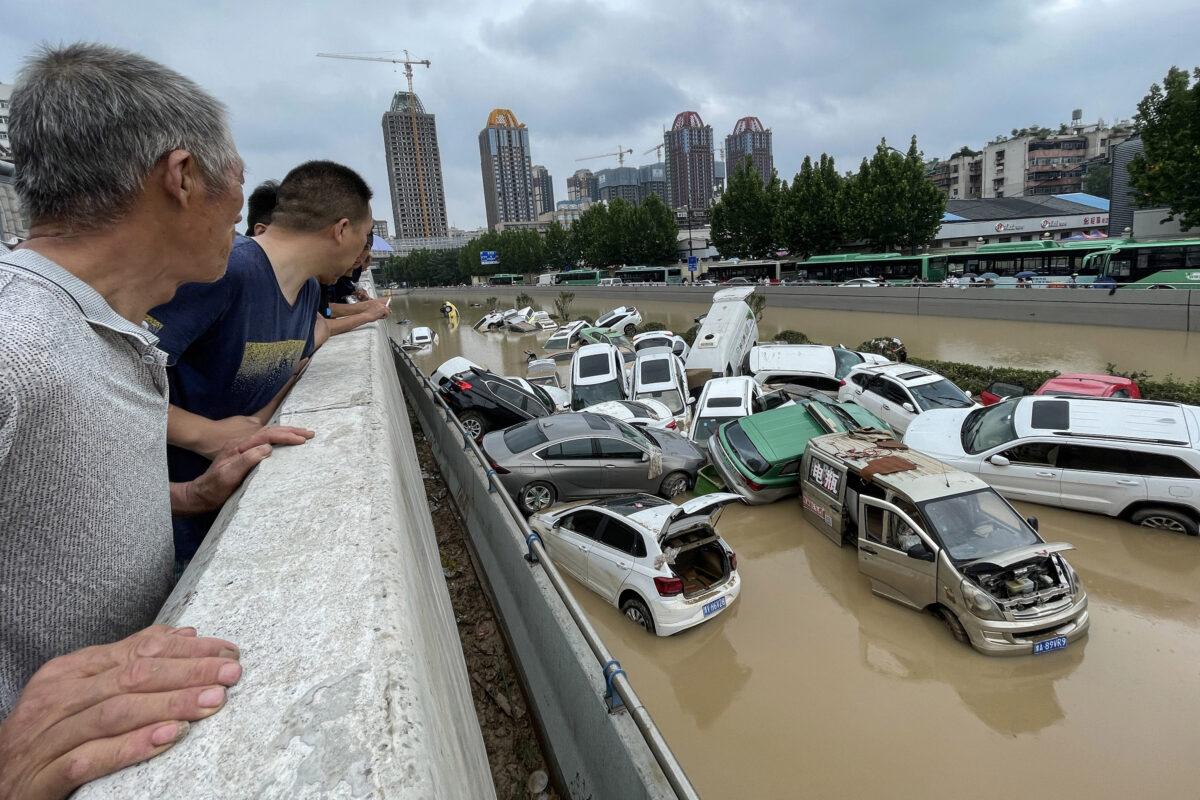 Sin ayuda de autoridades, lugareños asumen tareas de rescate en centro de China afectado por inundaciones